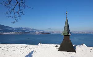 Blick über den Dachreiter auf den Zürichsee