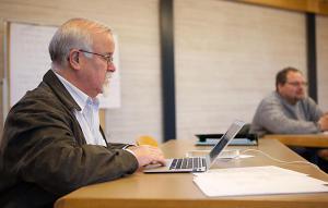 Br. Karl beim Überarbeiten des Protokolls.
