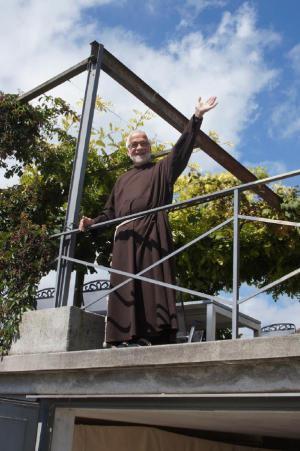 Bruder Paul heisst die Gäste willkommen