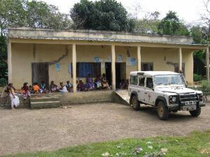 Manchmal geht es mit dem Jeep in die entlegenen Dörfer. Nicht alle Patienten finden den Weg ins Spital.
