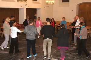 Wenn es viele Tanzende gibt, dann wird manchmal geteilt und in zwei Gruppen getanzt.