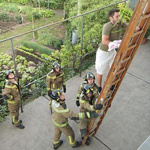 Zum Glück kann er mit dem verletzten Arm noch auf die Leiter.