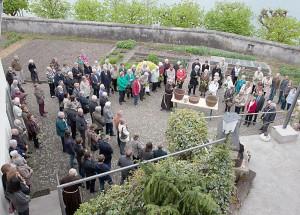Am Palmsonntag begann der Gottesdienst im Klostergarten.