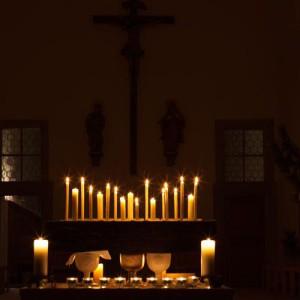 Der Altar bei der Lichtfeier am Abend.