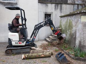 Bagger beim Ausgraben von Wurzeln.