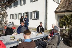 Geschwister und Gäste feiern mit Josef