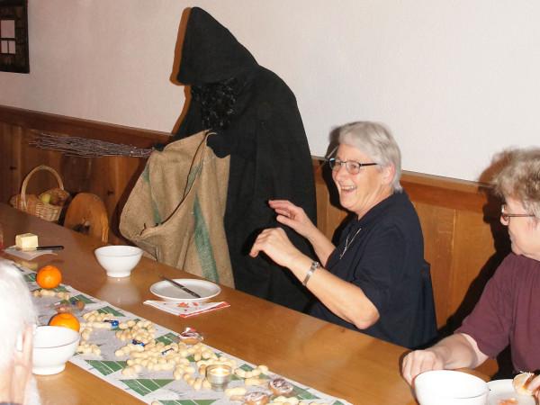 Rosmarie ist entgeistert! Wird ihre Mitschwester nun eingepackt?