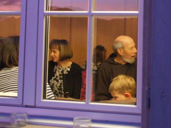 Der Blick durch Fenster ins Säli: Maria Schetz, Remigi Odermatt