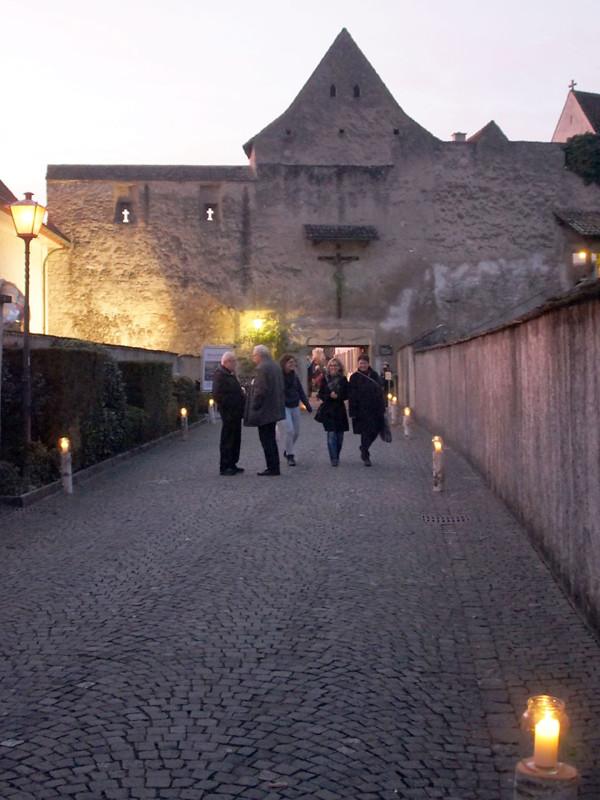 Die Kerzen werden in den Klostergarten getragen.