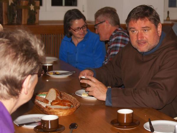 Im Vordergrund Sr. Rosmarie Sieber und Br. Adrian Müller.