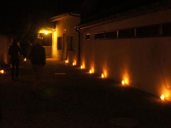 Kerzen säumen den Nachhause-Weg.