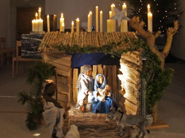 Josef, Maria und Jesuskind hinter Gitterdraht.