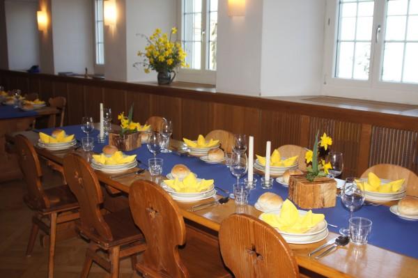 ein bisschen Frühling auch auf dem wunderschön gedeckten Tisch