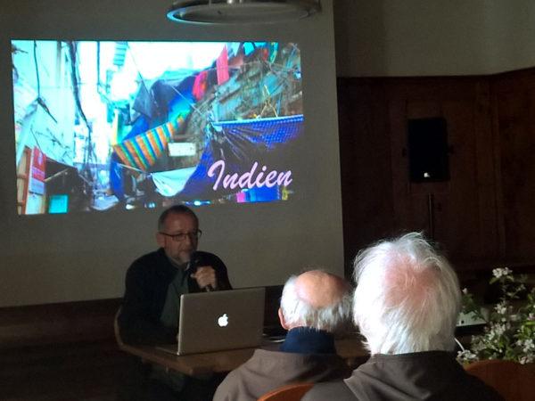 Br. Beat Pfammatter erzählt den Brüder von seiner Reise zu den Kapuzinern in Indien.