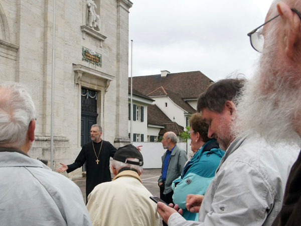 Abt Peter von Sury bei seinen Ausführungen auf dem Vorplatz.