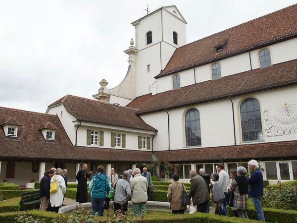 Vom Garten des Klosters sieht man gut, wie der Kirche ein Vorbau zugefügt wurde.