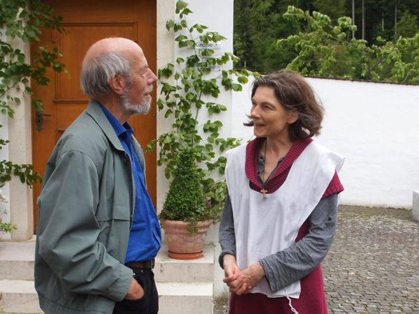 Br. Remigi Odermatt im Gespräch mit einer Schwester der ökumenischen Gemeinschaft.