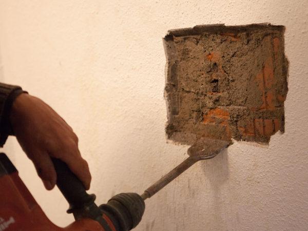 Nasse Röhren in der Mauer.