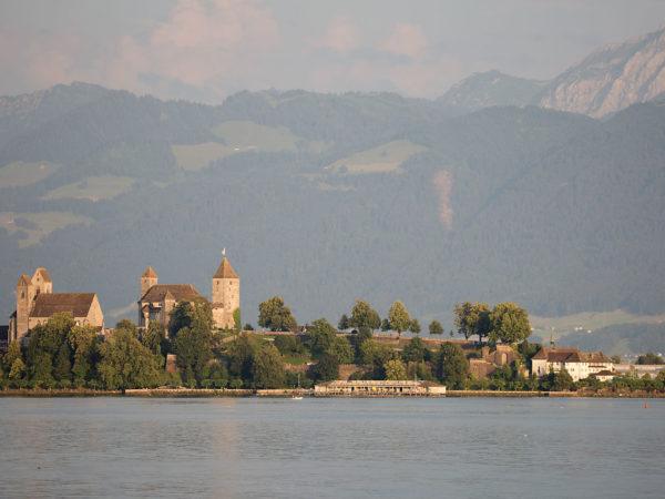 Auf dem Schlosshügel die Burg, vorne macht das Kloster den Abschluss.