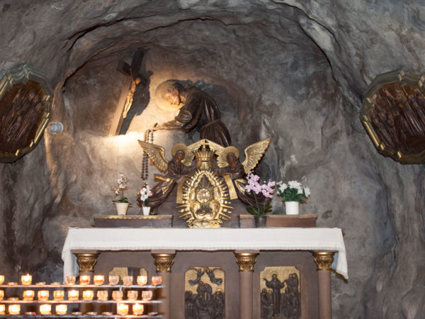 Nicht nur Kinder zünden mit Freude eine Kerze an um so vor Gott hinzutreten.
